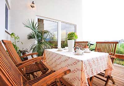 ヴァルト川中島予約制展示場:屋内写真 3方壁に守られた軒付き広々デッキ