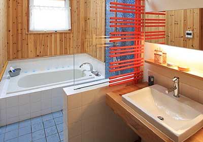 ヴァルト川中島予約制展示場:屋内写真 天窓を通し通気抜群の浴室