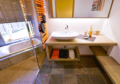 長野市大豆島ヴァルト常設展示場:屋内写真 開放的な浴室