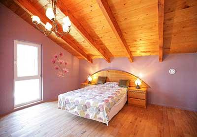 長野市大豆島ヴァルト常設展示場:屋内写真 勾配天井のムードのある主寝室