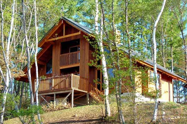 高い耐震構造とデザイン性を備え、独自のノウハウで実現する結露のない健康的で快適な住環境は、豊かな自然に囲まれたログハウスや別荘にも最適です。
