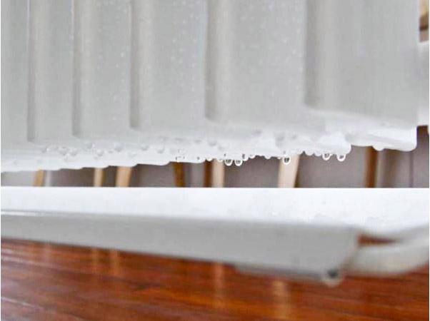結露水を受皿で受けながら積極的に自然除湿